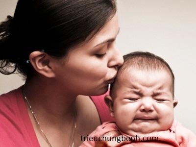 trẻ em quấy khóc làm cha mẹ lo lắng