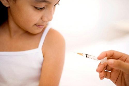 1262627618 chu y khi tiem chung1 Những phản ứng của trẻ khi tiêm vaccin