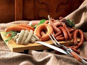 chicken and beef meat products 300x225 Các loại thực phẩm cần tránh ăn vào buổi sáng.